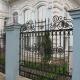 Кованая чугунная ограда с литыми декоративными элементами. Резиденция управляющего епархии Московского патриархата.