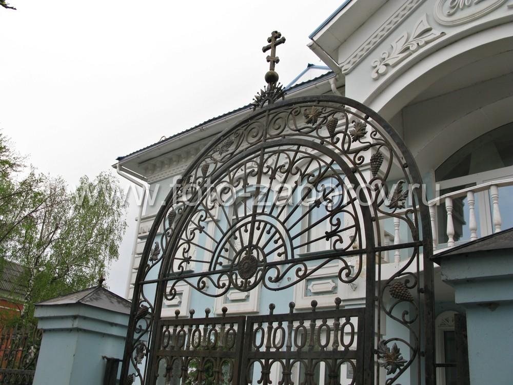 Фото Кованая чугунная ограда с литыми декоративными элементами. Резиденция управляющего епархии