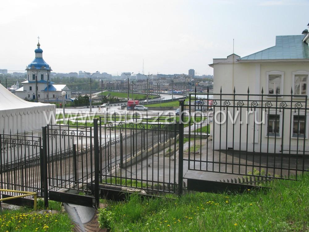 Фото Кованый узор в национальной стилистике преображает забор из стандартного проката в