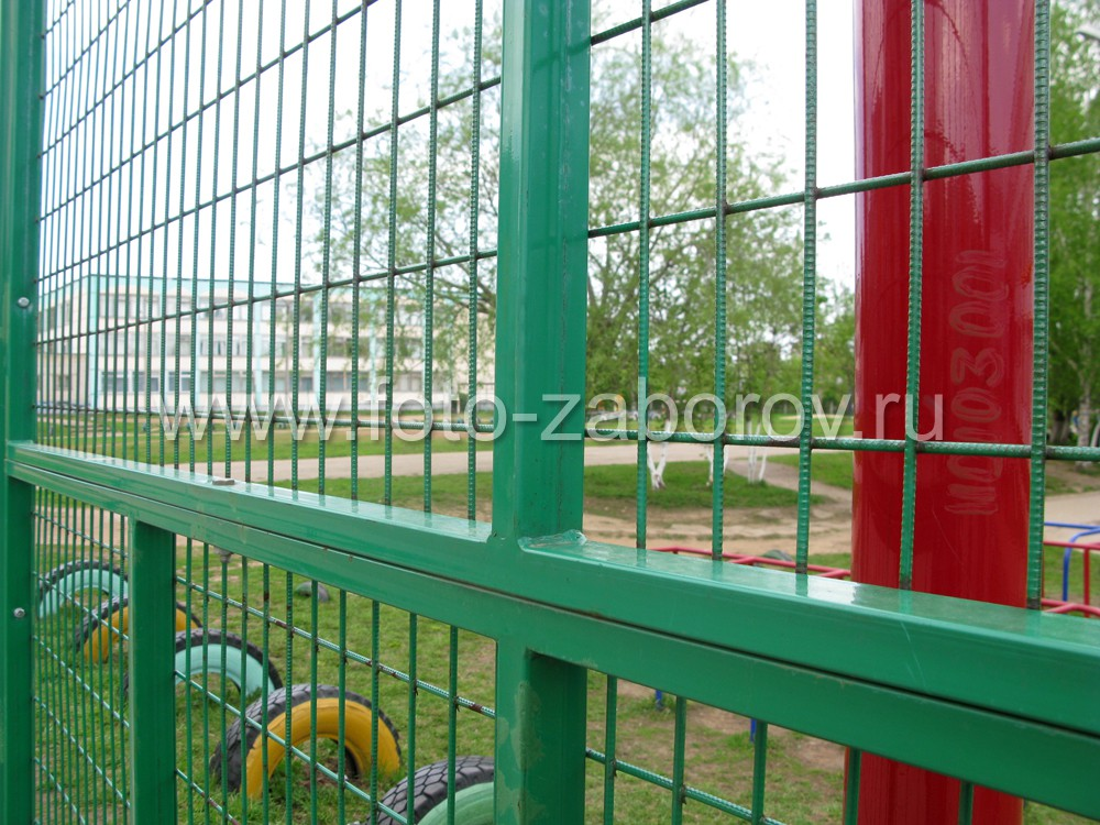 Фото Ограждение школьной спортплощадки, собранное на базе модулей из сварной