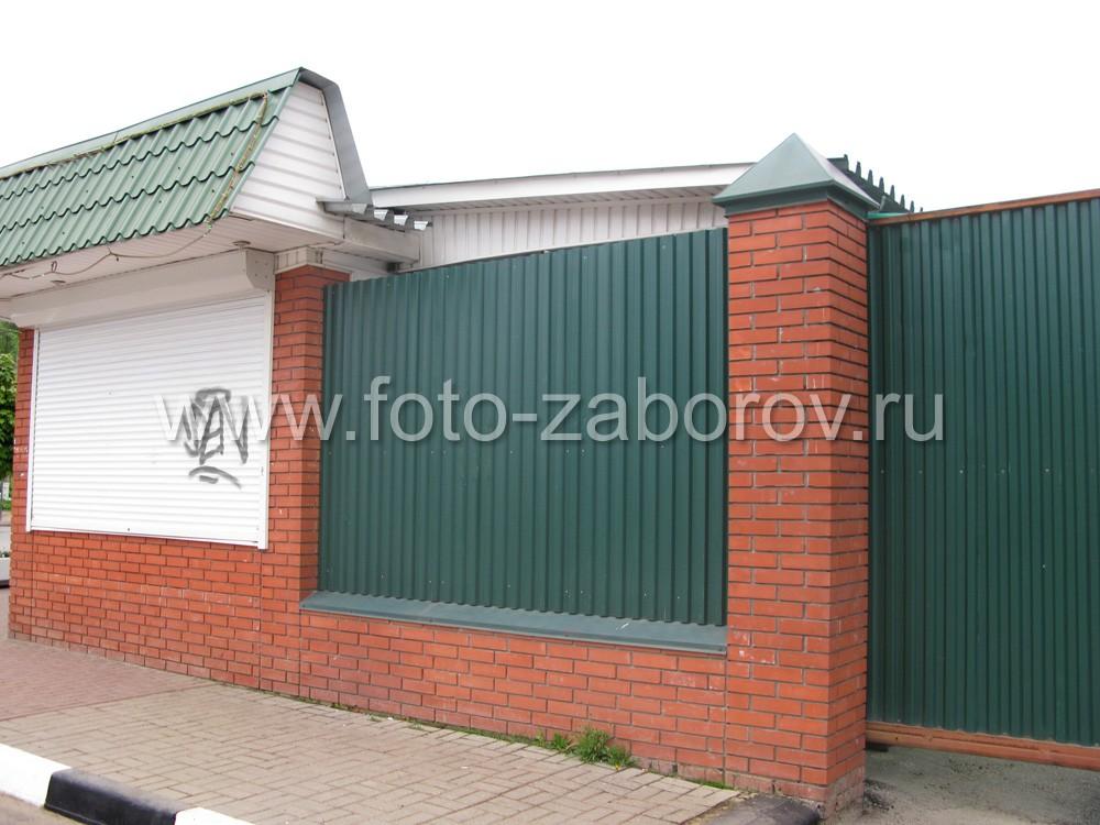Фото Комбинированный трёхметровый забор торгового предприятия: массивные столбы и фундамент