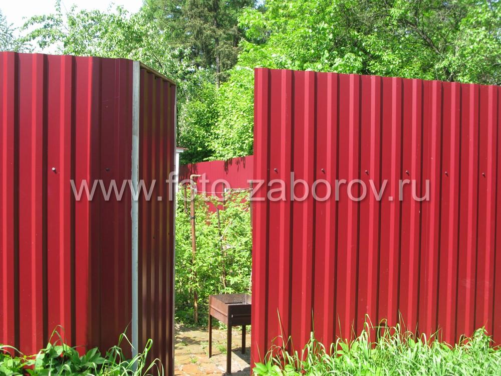 Фото Классический забор из профлиста (цвет - рубин красный) с установкой на столбы без фундамента