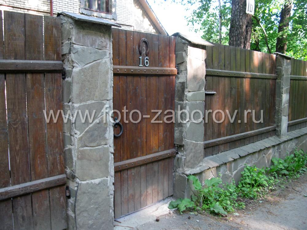 Фото Деревянный забор тёмно-коричневого цвета с облицованными столбами