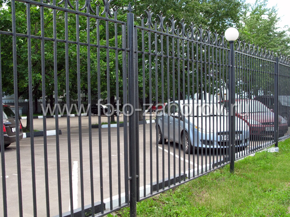 Недорогой красивый забор из металлического профиля для зонирования городской