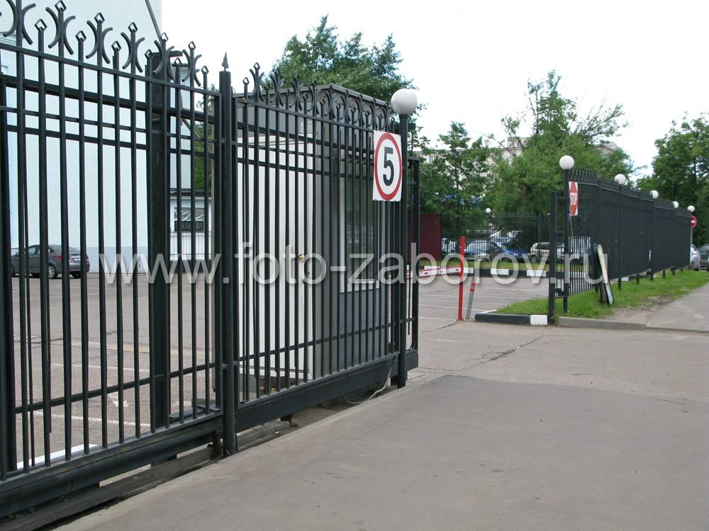 Въезд на автостоянку оборудован автоматическими откатными воротами со