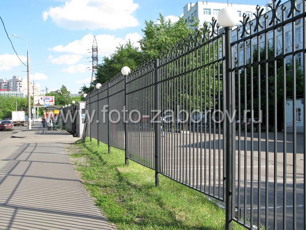 На фото видна лесенка (ступеньки), сделанная в металлическом заборе для огибания рельефа