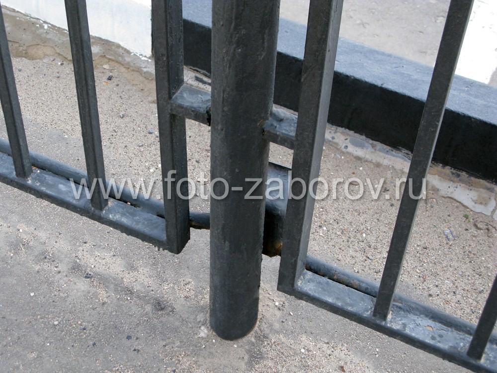 Уличная распаячная коробка из металла и электропроводка в трубе у нижней кромки