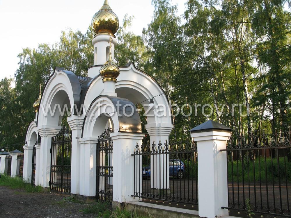 Фото Красивая церковная ограда с выразительной надвратной ротондой. Обилие кованых элементов.