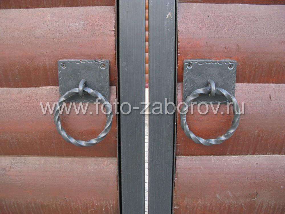 Фото Декоративная деревянная облицовка забора и фасада коттеджа гармонично дополняют друг