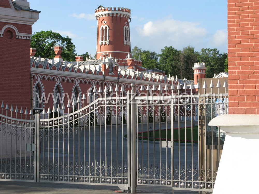 Фото Кованая ограда, достойная Его Императорскаго Величества. Восьмиконечные звезды, пики, эволюты.