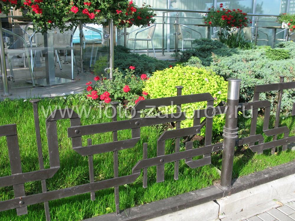 Кованое ограждение для городской клумбы с зелёными