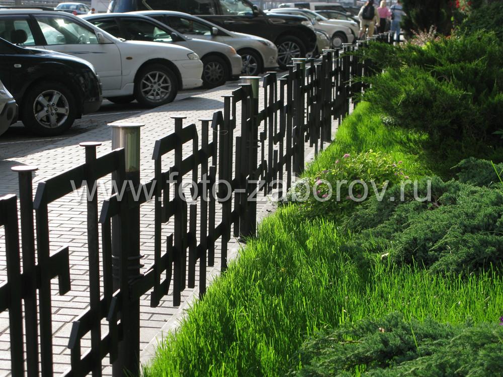 Металлическая ограда в контровом свете смотрится особенно