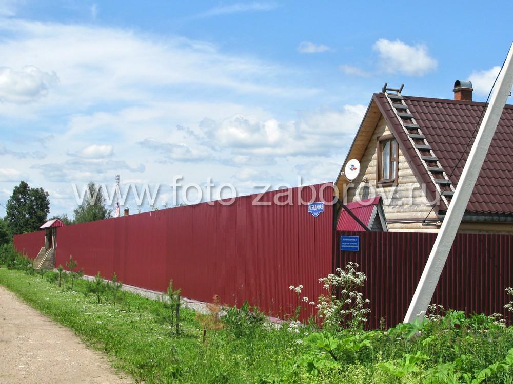 Фасадная сторона ограждения имеет высоту в три метра, боковые (в будущем - смежные с соседними
