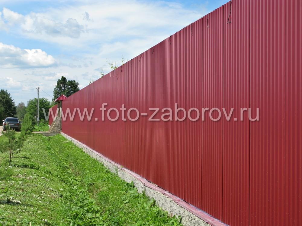 Забор из профлиста, установленный без кирпичных столбов, образует единую сплошную стену вокруг