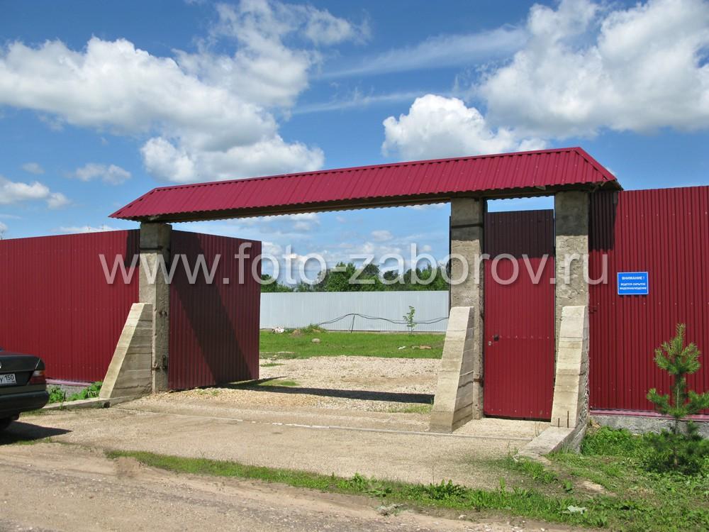 В конструкции использовались распашные ворота, хотя, возможно, в данном случае откатные были бы