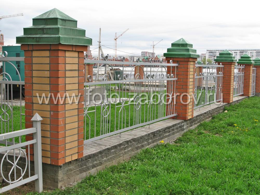 Фото Разноцветные кирпичи в кладке столбов являются их естественным украшением. Красивый метзабор