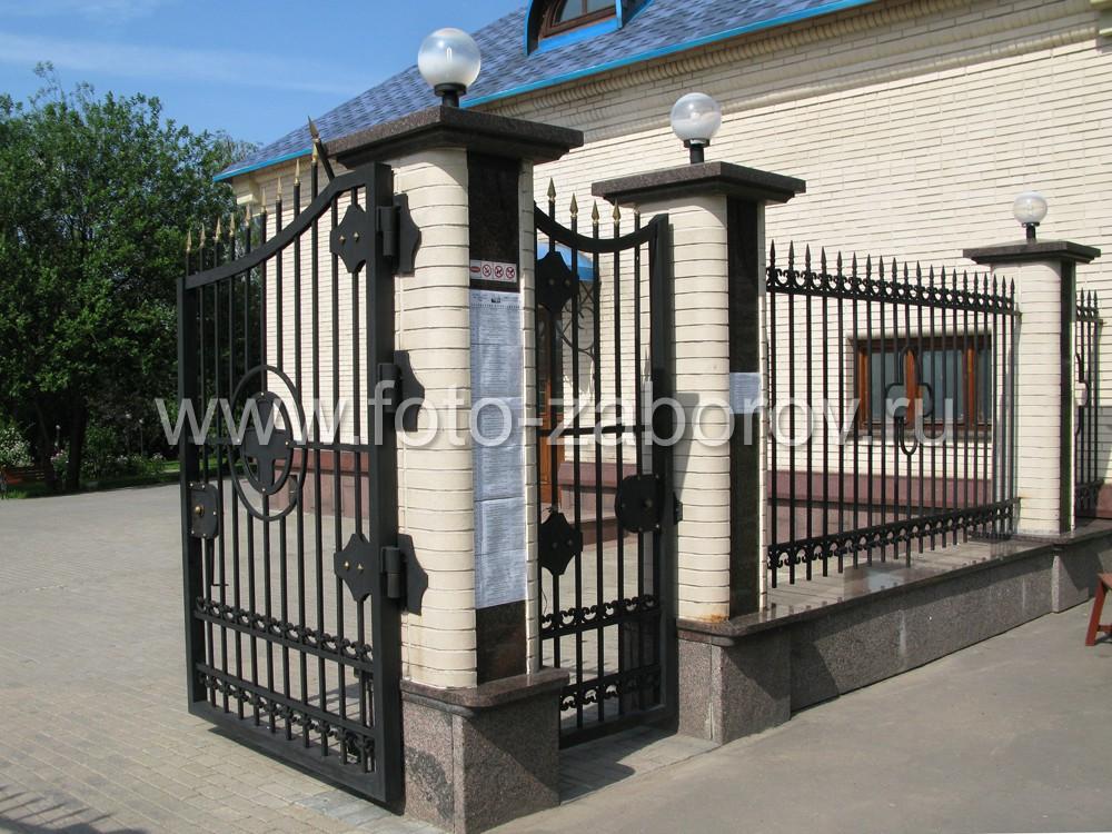 Фото Ковано-литая ограда храма Живоначальной Троицы на Борисовских прудах в Москве - безупречная