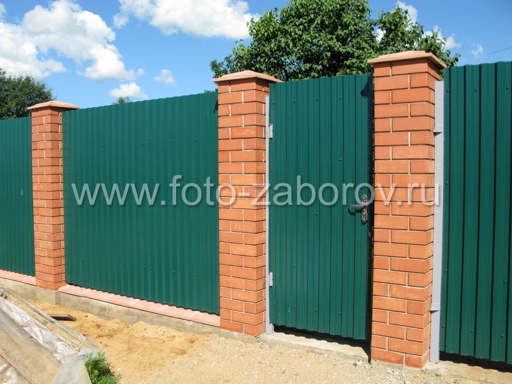 Фото фасадной части забора из профнастила цвета зелёный