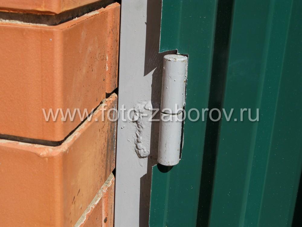 Дверные петли, приваренные к косяку дверной коробки