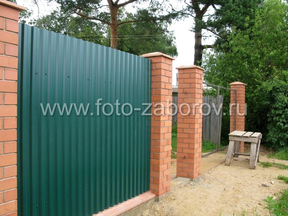 Забор на стадии строительства: калитка ещё не установлена, в последний пролёт уже смонтированы (но