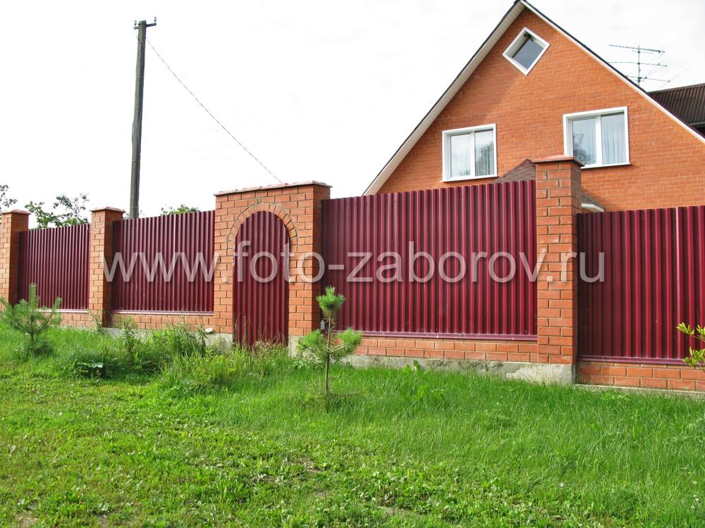 В центральной части заборе имеется только калитка. Ворота отсутствуют, так как имеется удобный