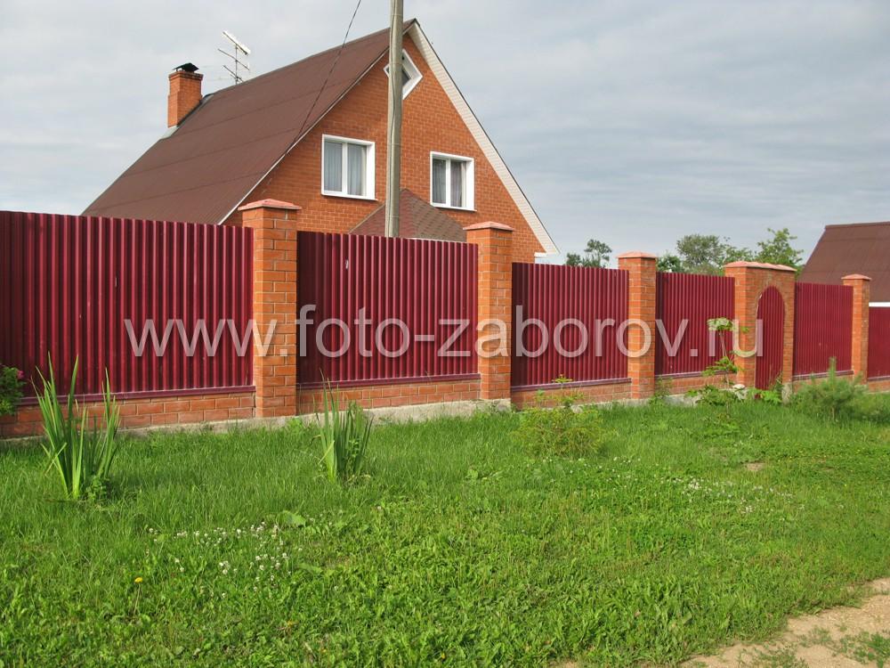 Добротный забор из красно-коричневого профлиста RAL 8011 на кирпичных