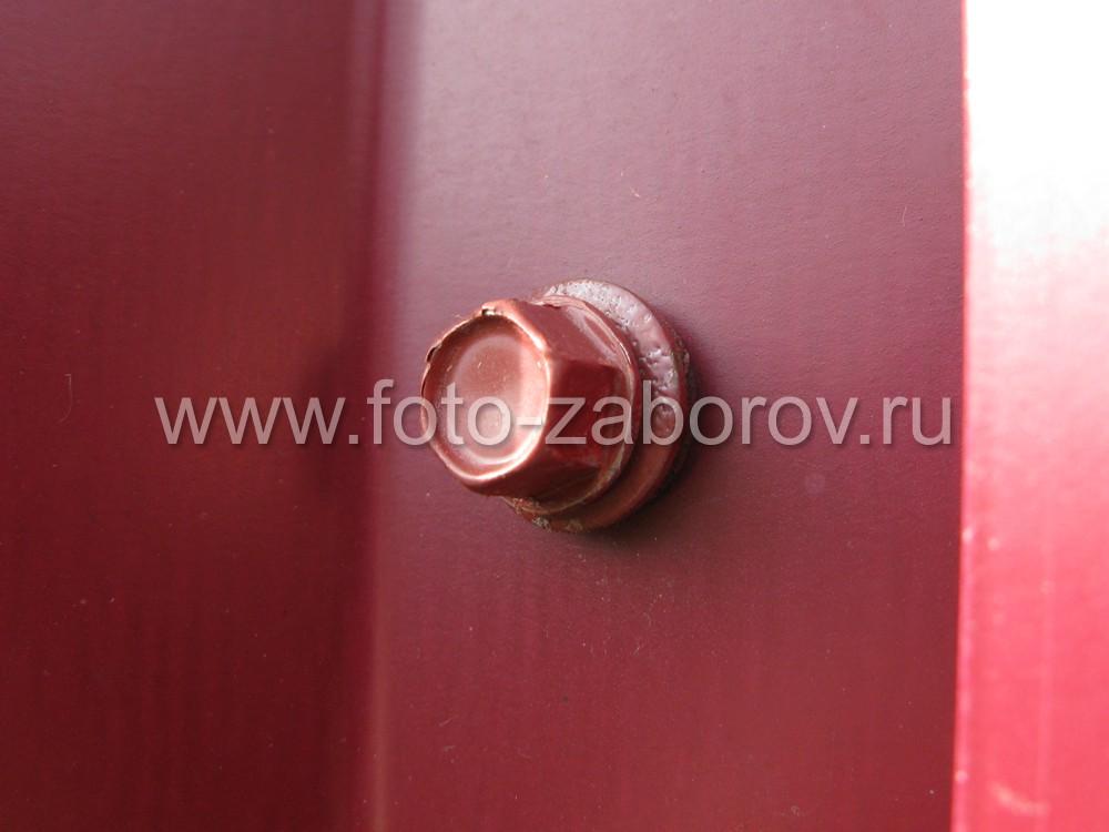 Фото кровельного красного самореза - покрытие под цвет профнастила; под шестигранной шляпкой