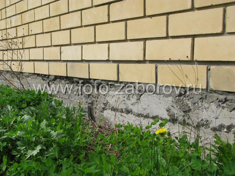 В основании забора - массивный ленточный бетонный