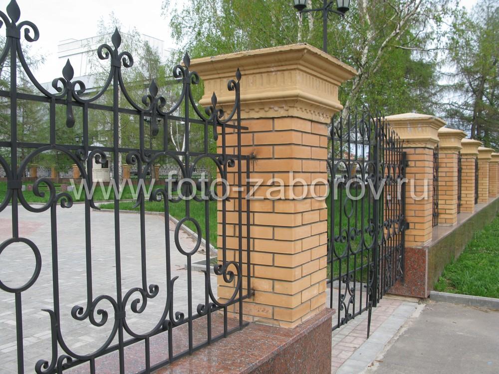 Фото Кованая ограда с массивными кирпичными столбами в окантовке из гранитных плит для городского