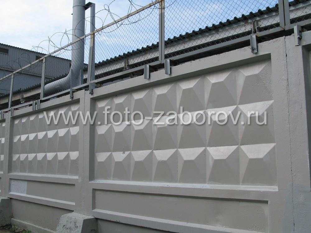 Фото Железобетонный забор с усиленной защитой: экраны из сетки-рабицы и колючей проволоки
