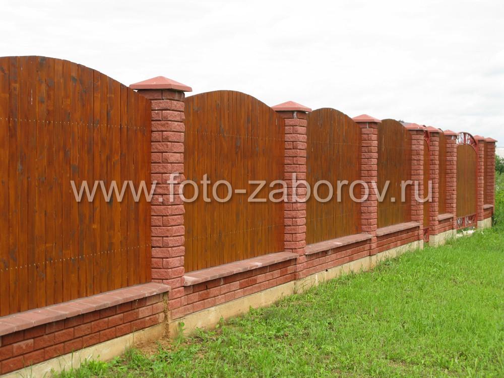 Фото заборов с кирпичными столбами и пролетами из