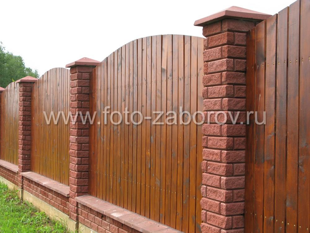 Комбинированный забор со столбами из декоративного фактурного кирпича и секциями из