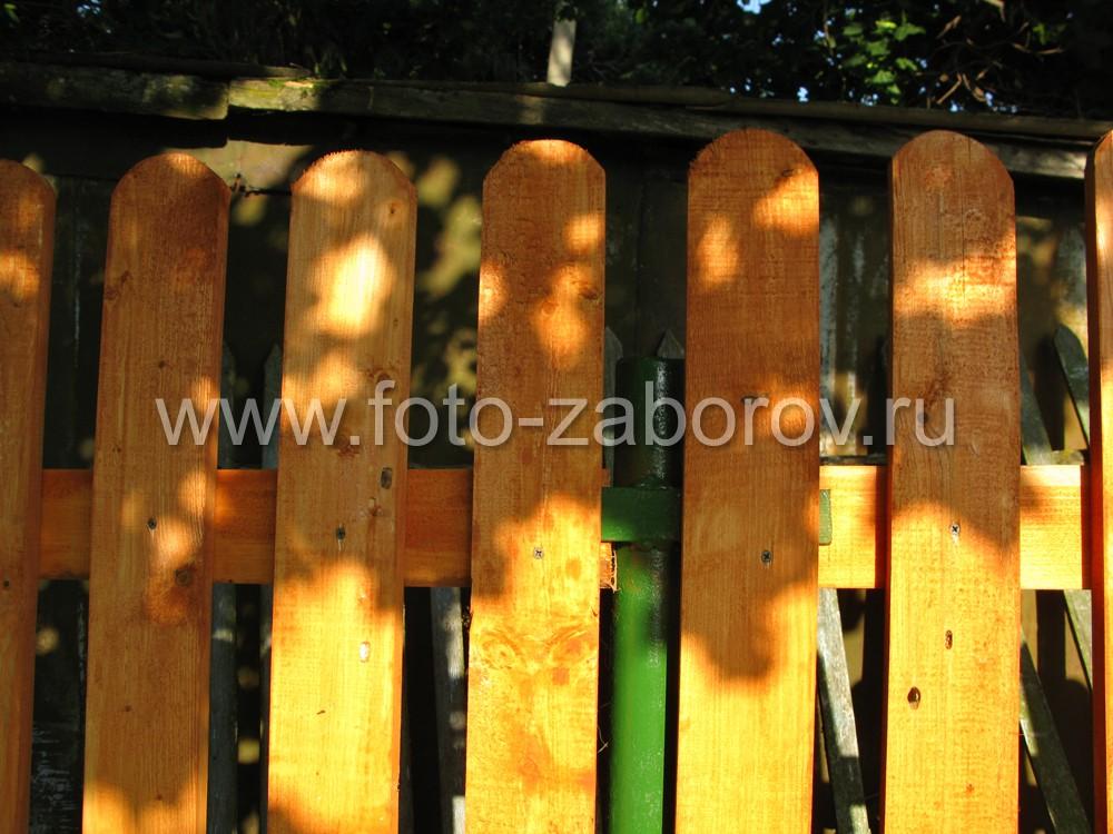 Деревянные прожилины крепятся к металлическим столбам, а штакетины прикрепляются к прожилинам с