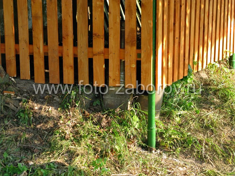 Угол забора приходится на овраг, поэтому для столба использована удлинённая труба круглого