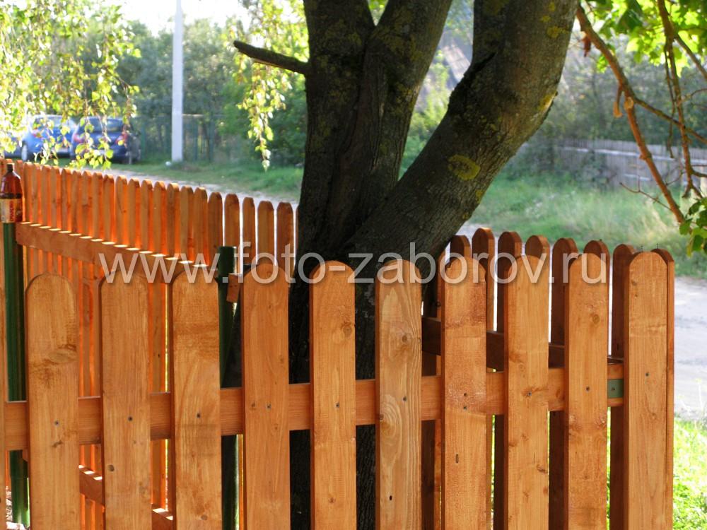 Деревянный штакетник огораживает территорию деревенского
