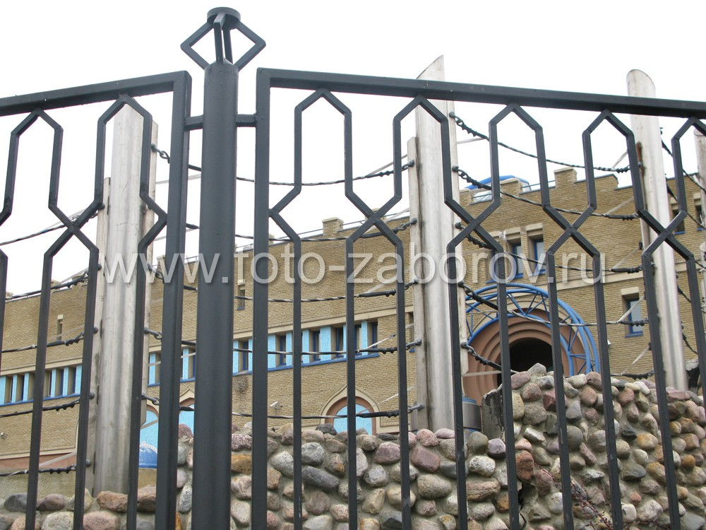 Фото Восточные мотивы в простом, но мощном металлическом ограждении вольеров. Всё для слонов