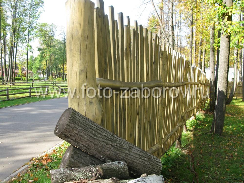Прогоны деревянного ограждения смонтированны на двух деревянных