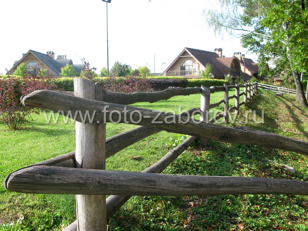 Угловой деревянный столб бревенчатого забора. Для плотного прилегания горизонтальных слег друг к