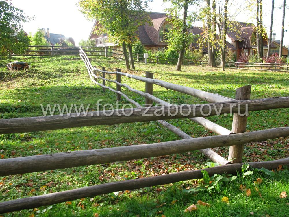 Фото зелёного газона, размежованного деревянной