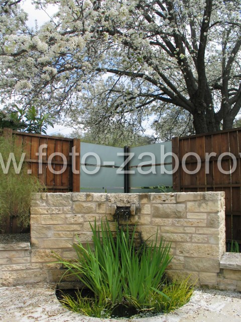 Фото Изящный забор из дерева и матового стекла с горизонтальными просветами.