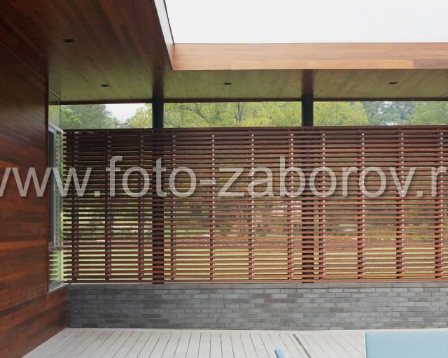 Индивидуальный проект деревянного ограждения отеля: реечная конструкция обшивки, облицованный