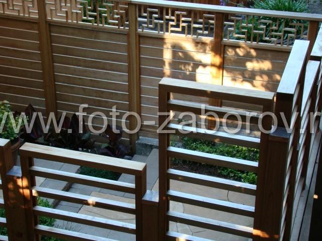 Фото ограждения терассы и лестницы из горизонтальных тонированных брусков и