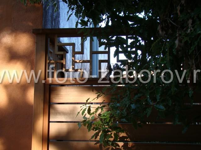 Деревянные рейки, собранные в виде узоров-лабиринтов, как украшение в забора в античном