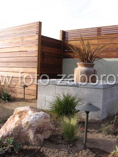 Фото высокохудожественного деревянного забора из планкена, использованного для ограждения по