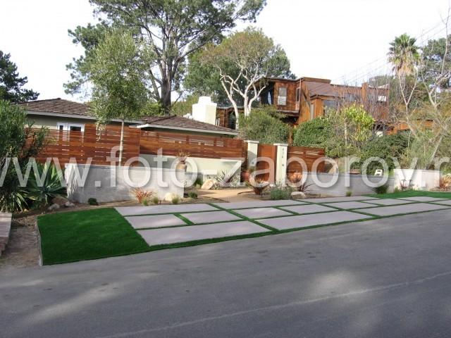 Красивый комбинированный забор из деревянного планкена с высоким бетонным оснванием. Вид со стороны