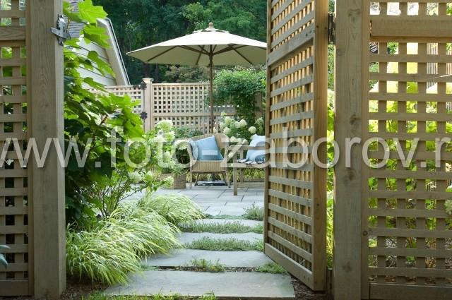 Фотография калитки решётчатого забора. Аккуратное стильное исполнение ограды дома из деревянных