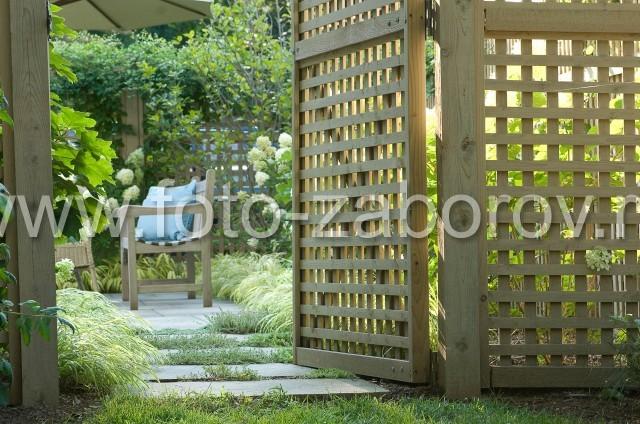Деревянная решётчатая калитка приветливо пргиглашает зайти во дворик, благоухающий