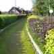 Живая изгородь, словно радушная хозяйка, предлагает прогуляться по извилистым аллеям и ощутить дыхание наступившей осени.