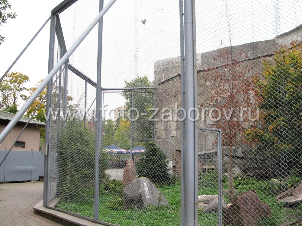 Фото сетчатого ограждения Скалы хищных птиц в Московском