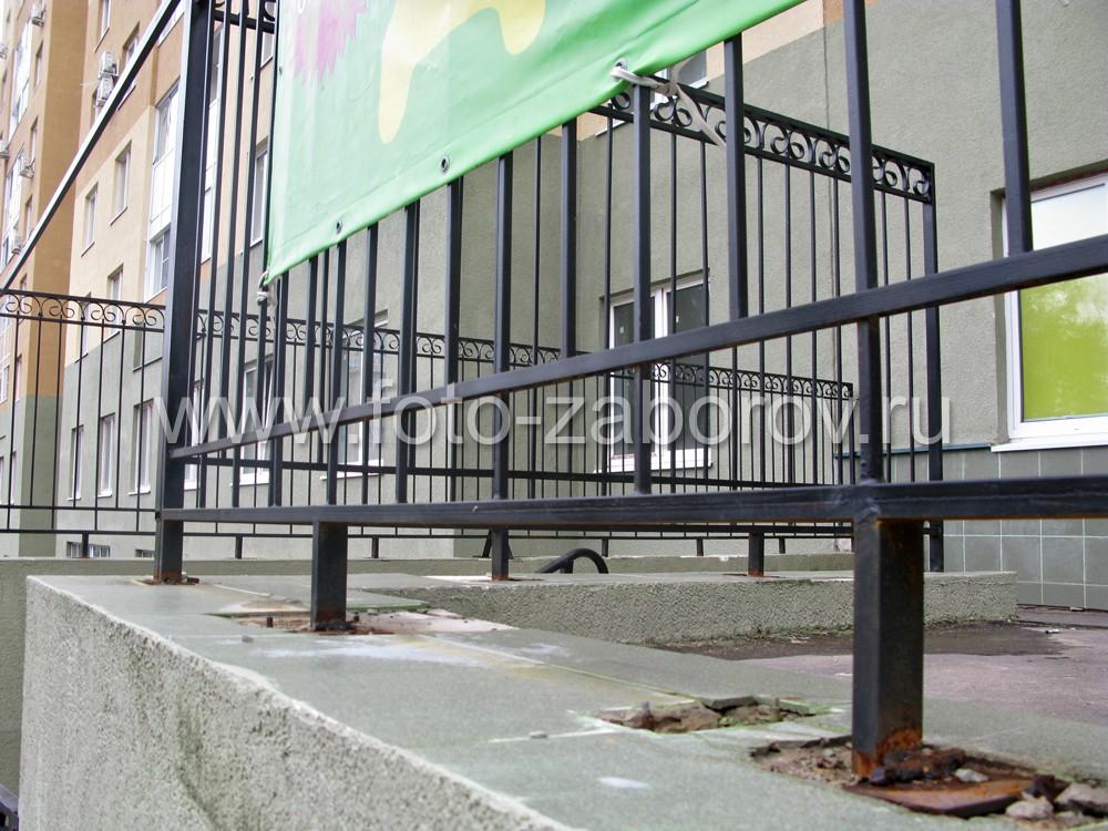 Стойки решётчатого ограждения заделаны в бетонный